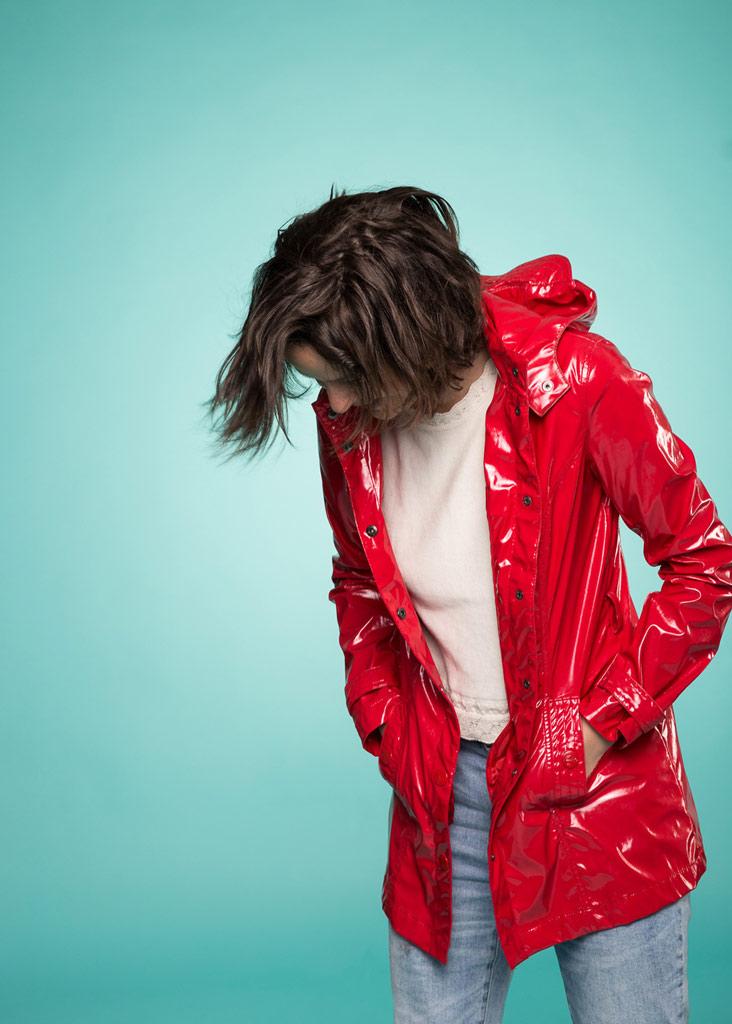Frau mit rotem Regenmantel