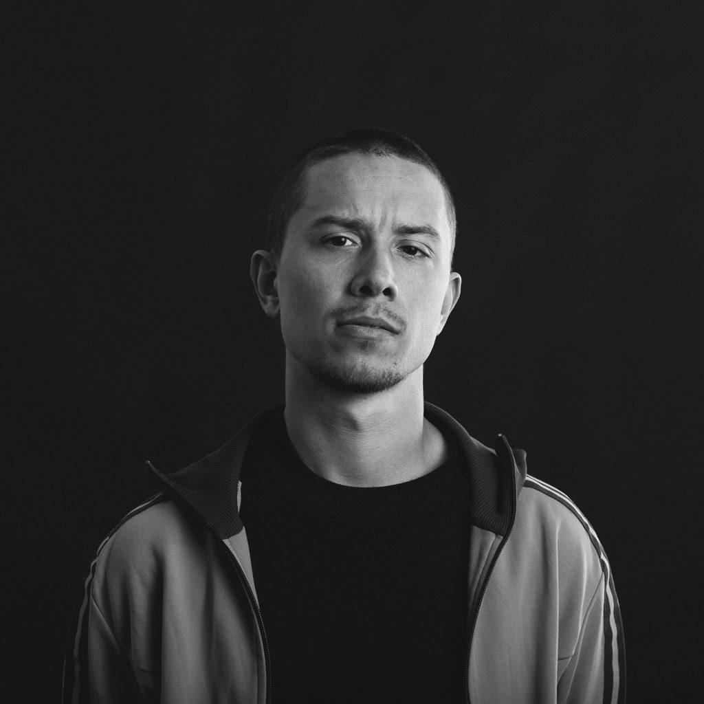 Schwarz-Weiß Portrait von einem jungen Mann