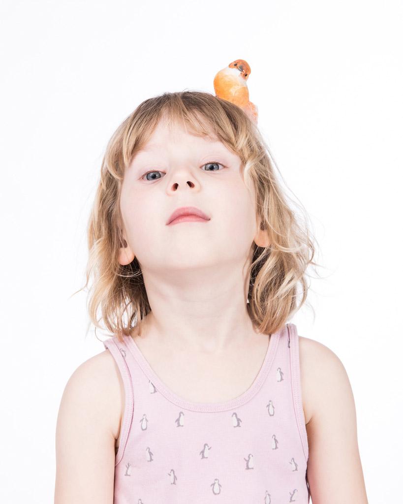Mädchen mit Vogel auf dem Kopf