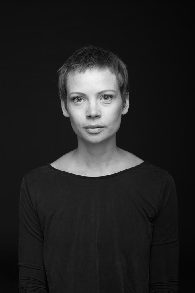 Schwarz-Weiß Portrait einer jungen Frau