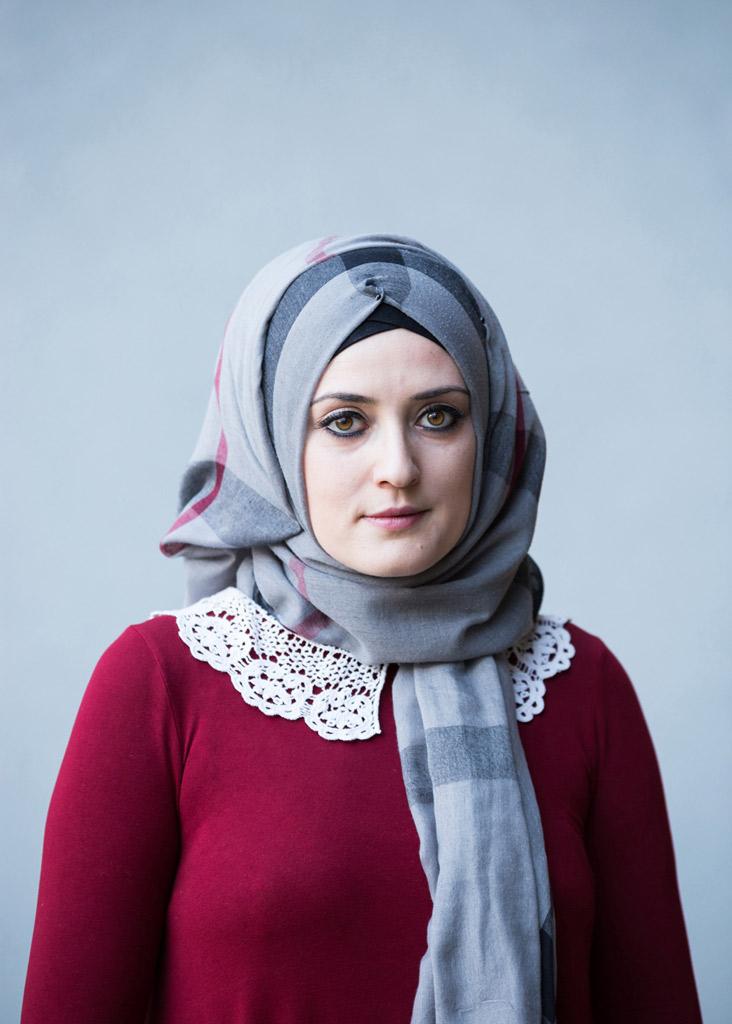 Junge Frau mit Kopftuch