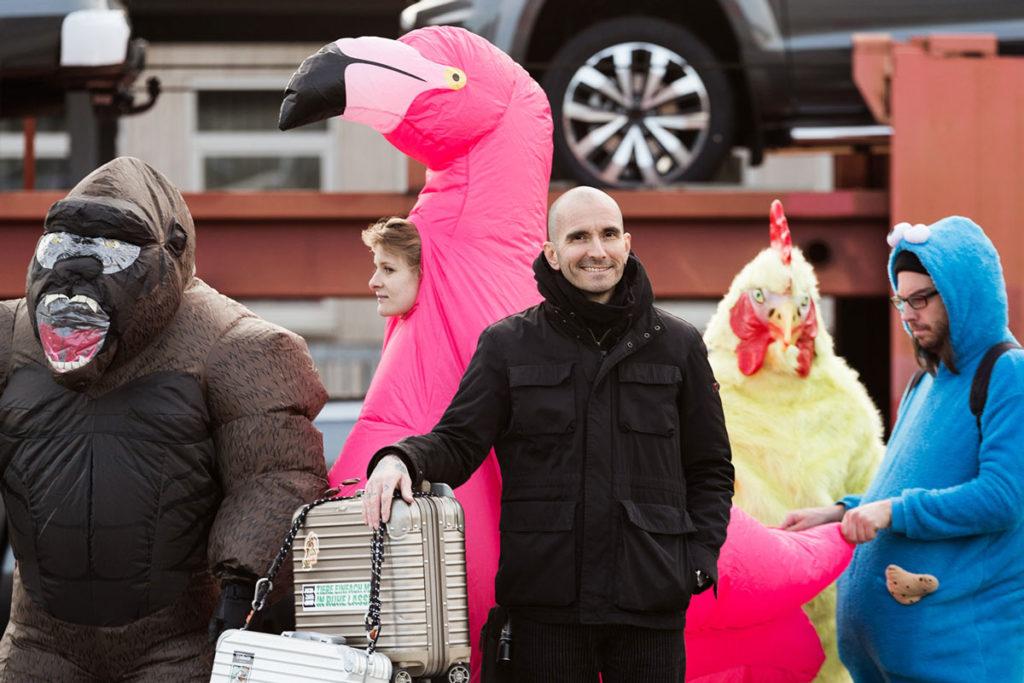 Dr. Mark Benecke vor einem pinken Flamingo
