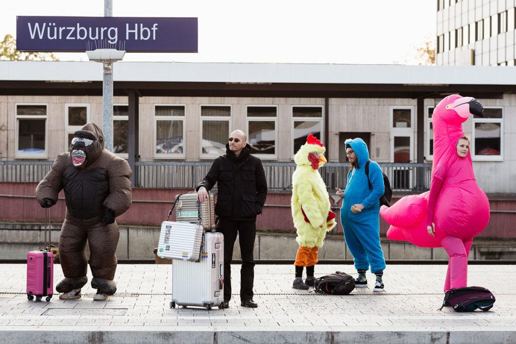 Dr. Mark Benecke am Bahnhof Würzburg mit verkleideten Menschen