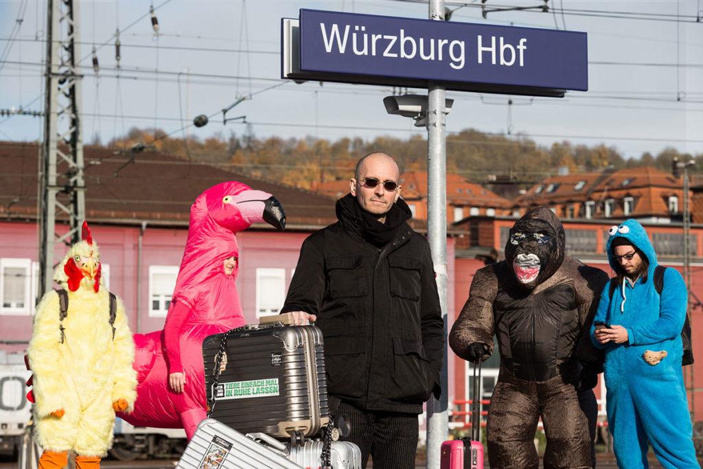 Dr. Mark Benecke am Bahnhof Würzburg