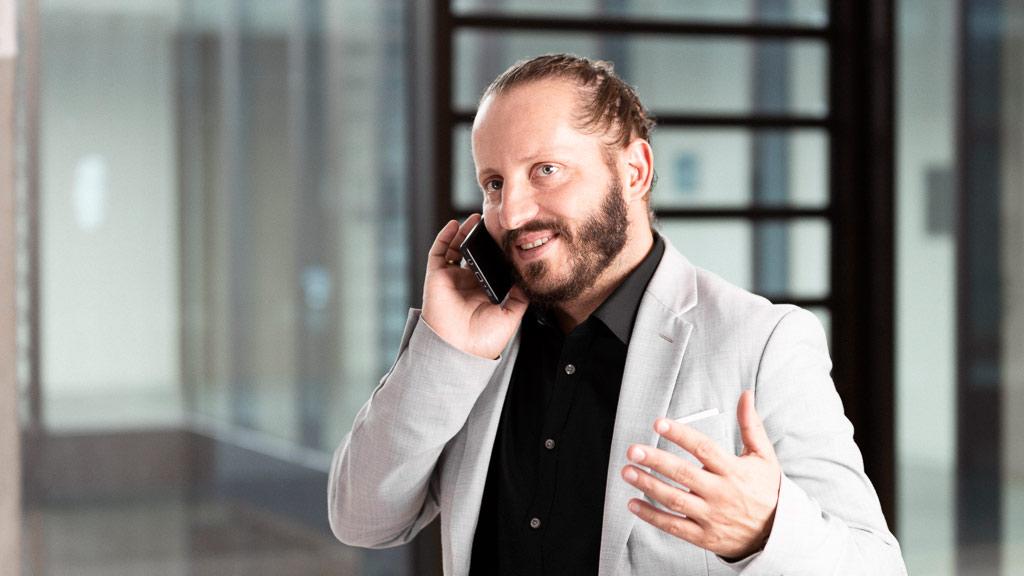 Ein telefonierender Mann