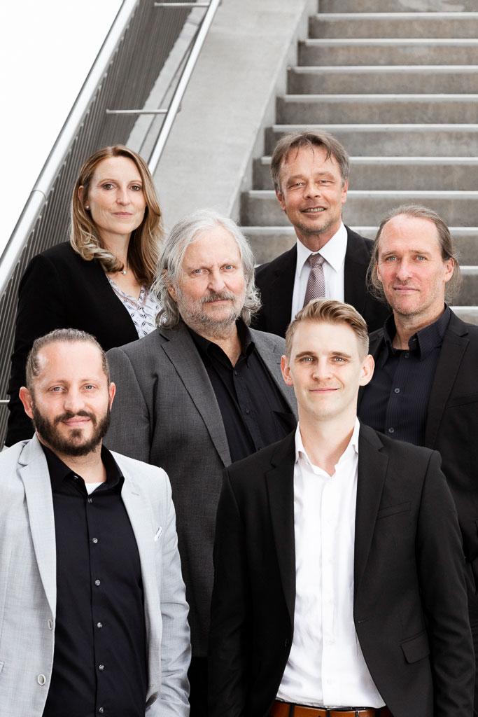 Sechs Personen auf einer Treppe