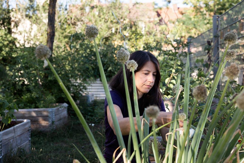 Frau arbeitet im Gemüsebeet