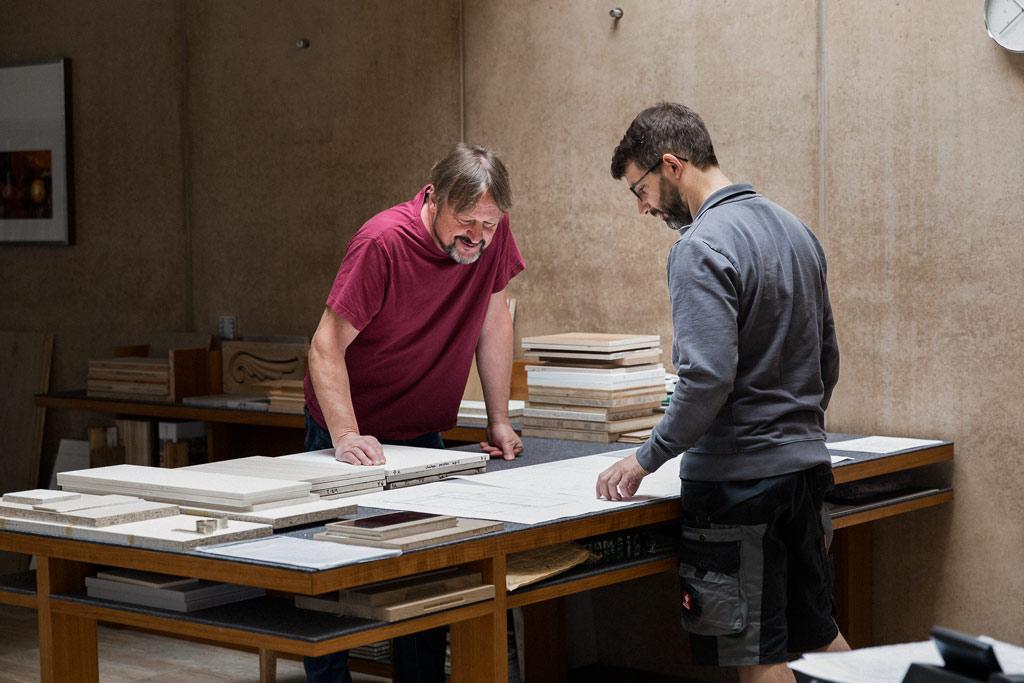 Zwei Männer schauen auf einen Bauplan