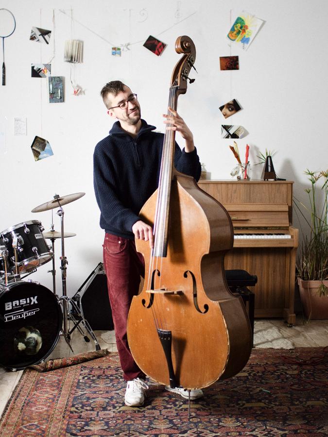 Junger Mann spielt Kontrabass