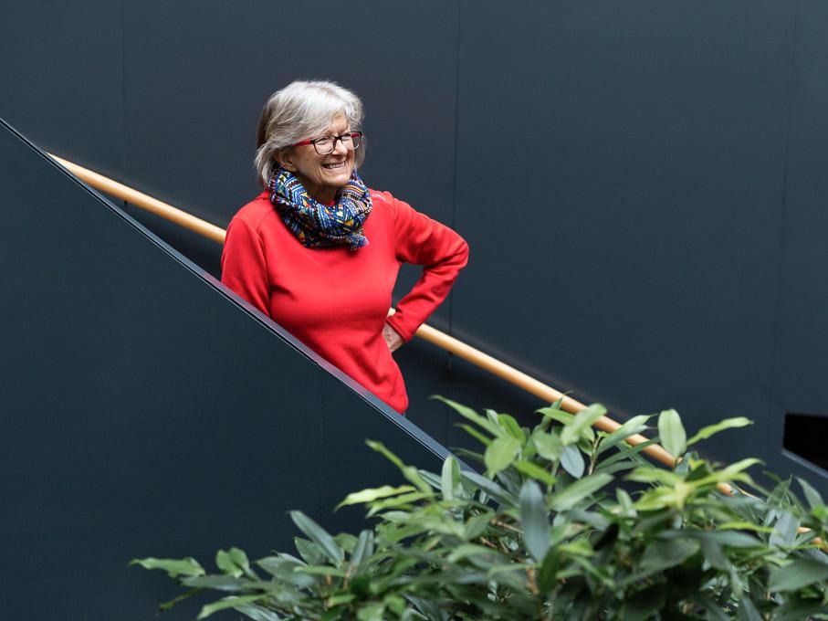 Frau mit rotem Pullover auf Treppe