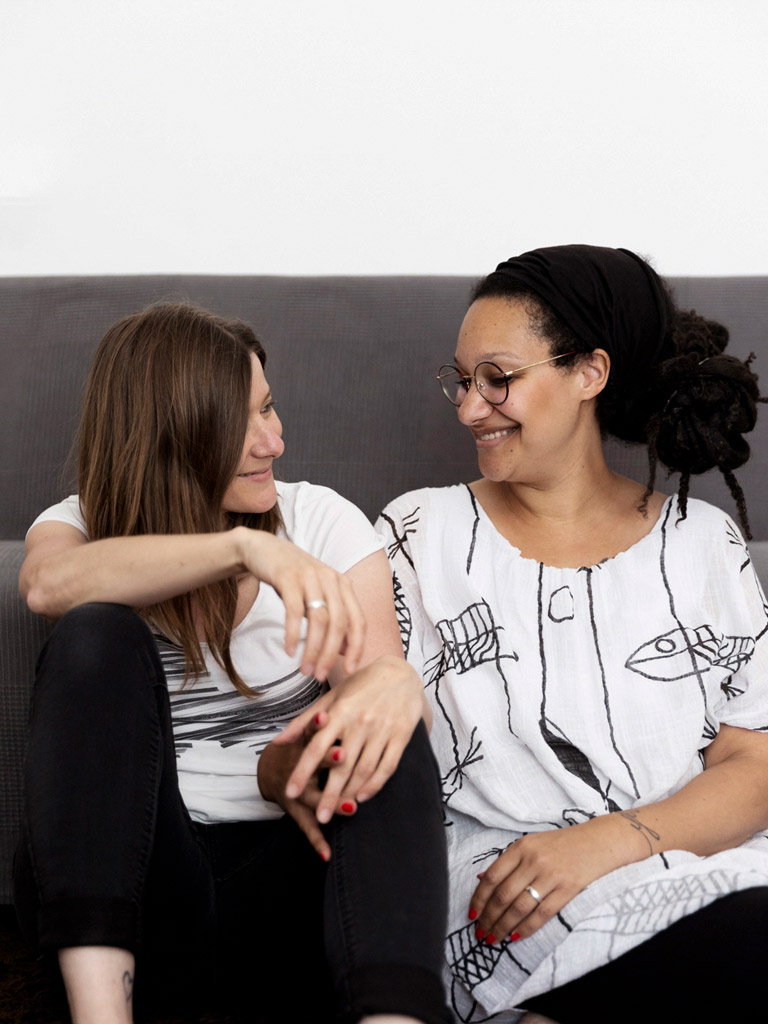 Zwei Frauen die sich ansehen