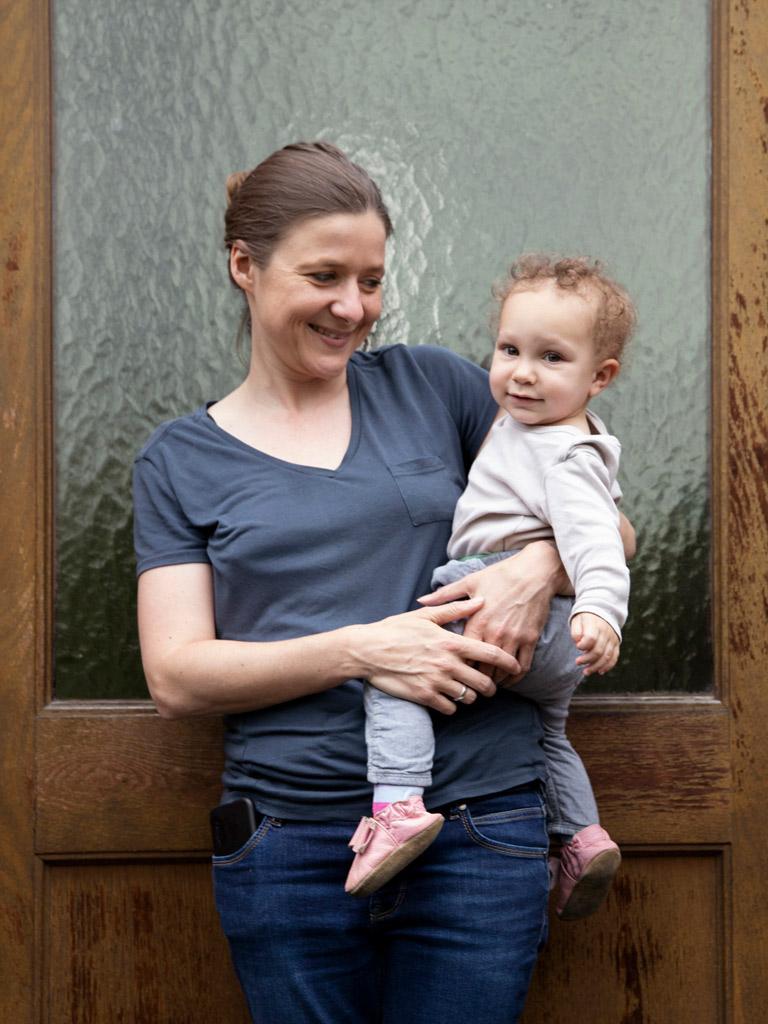 Mutter mit Kleinkind vor Tür