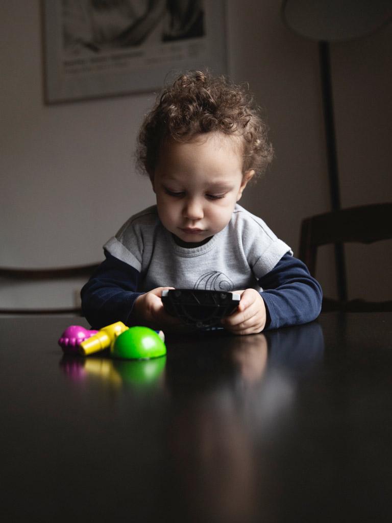 Kind sitz an einem Tisch